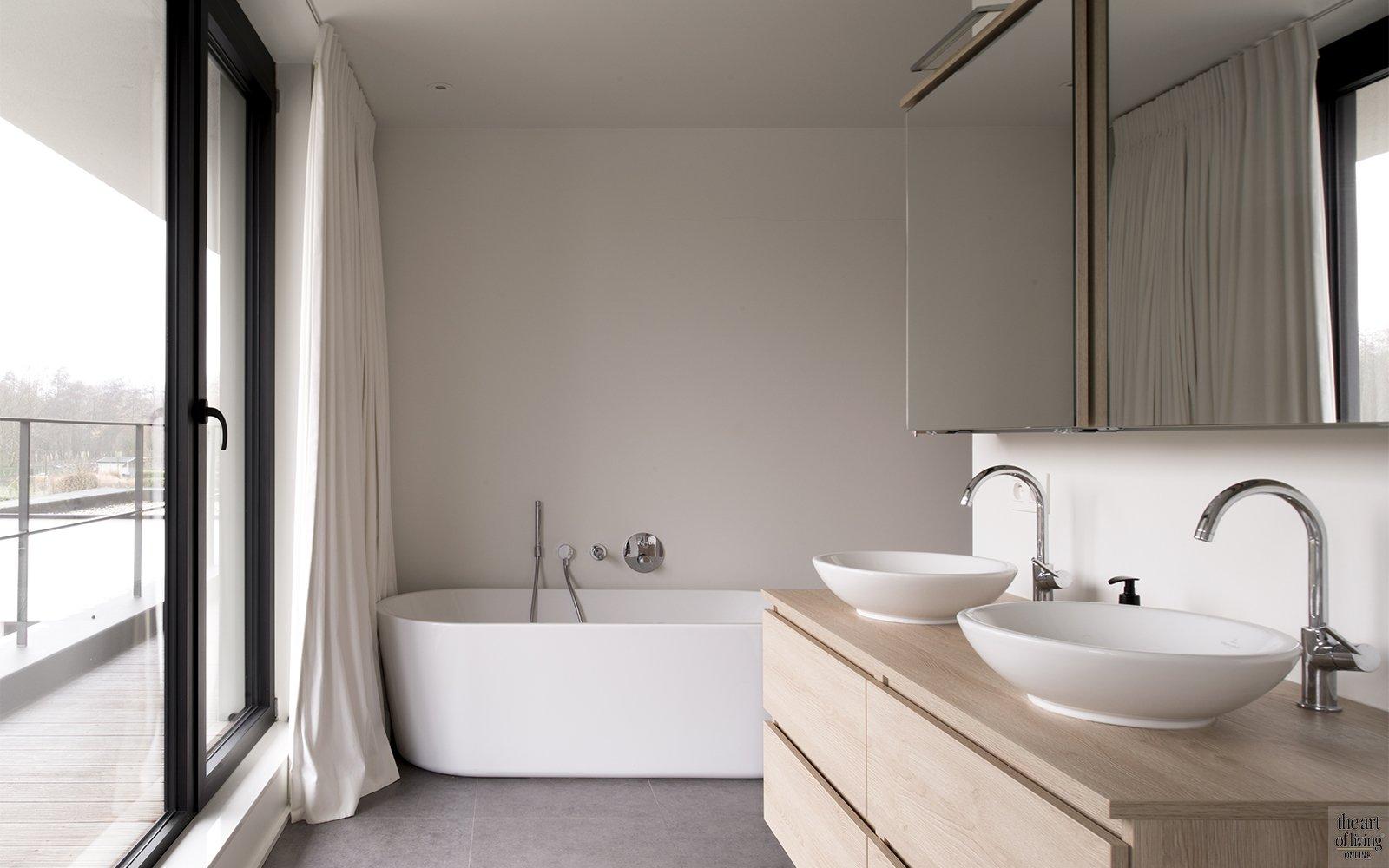 Tijdloos wonen, Kris van den Broeck, Modern interieur, Wit interieur, Strak Interieur, Badkamer, Vrijstaand bad, Moderne badkamer