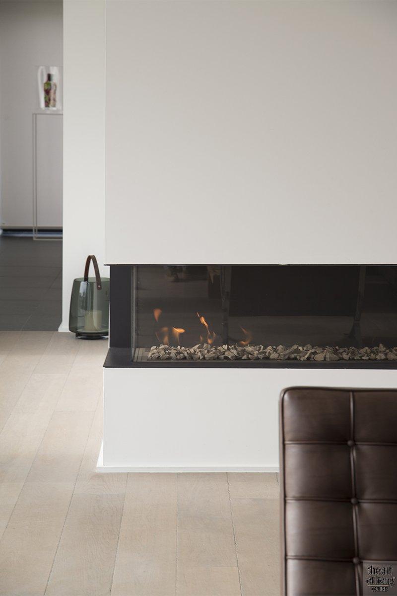 Tijdloos wonen, Kris van den Broeck, Modern interieur, Wit interieur, Strak Interieur, Openhaard, Woonkamer, Livingroom