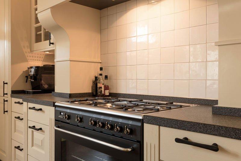 Landelijke keuken, Dauby, deurbeslag, vlindergrepen, italiaans, unieke details, zwart